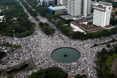 Đám đông biểu tình nhìn từ trên cao. Ảnh: Reuters