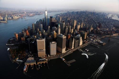 Nắng chiếu lên toà tháp The rising sun lights One World Trade as it stands over the Manhattan borough of New York, U.S., November 2, 2016. REUTERS/Lucas Jackson