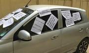 Ôtô bị dán kín giấy vì đỗ vô ý thức