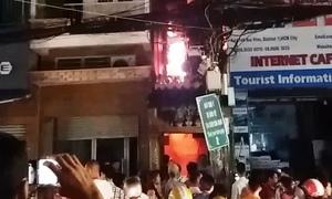 Du khách tháo chạy khi cháy nhà trong khu phố Tây Sài Gòn
