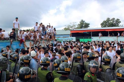Các học viên gây sức ép đòi ra ngoài sáng 7/11. Ảnh: Thái Hà
