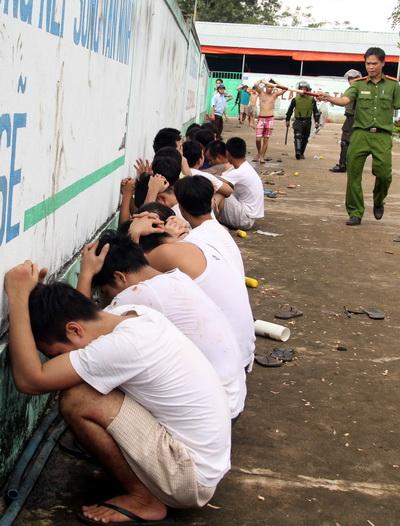 Các học viên đập phá bị cách ly trưa 7/11. Ảnh: Phước Tuấn