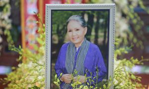 Hàng trăm khán giả đội mưa đưa tiễn nghệ sĩ Út Bạch Lan