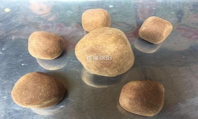 Ông chủ Trung Quốc phát hiện 6 hòn 'dương bảo' khi thịt dê