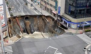 Hố tử thần 30 m nuốt chửng đường 5 làn ở Nhật