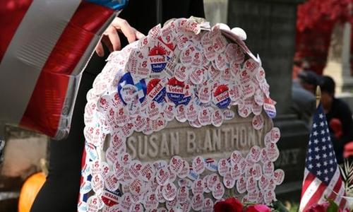 Một số địa phương ở Mỹ không muốn dùng huy hiệu bầu cử vì không muốn cử tri dán nó tại những nơi công cộng. Ảnh: USA Today.