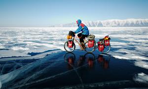 Sóng hồ Baikal không ngừng vỗ vào bờ dù bị đóng băng
