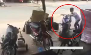 Nam thanh niên dẫn xe máy ra ngoài để lấy trộm xe đạp