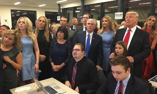 Donald Trump theo dõi kết quả bầu cử cùng gia đình và các trợ lý. Ảnh: Telegraph.