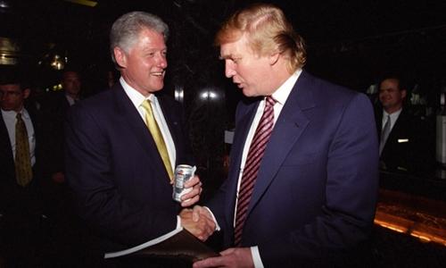 Bill Clinton và Donald Trump gặp nhau tại tòa tháp Trump năm 2000. Ảnh: CNN.