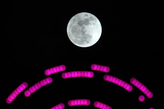 Giới trẻ thích thú ngắm 'siêu trăng thế kỷ'