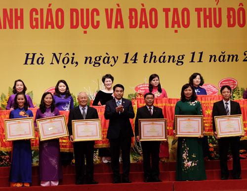 chu-tich-nguyen-duc-chung-khen-thuong-giao-vien-thu-do-tieu-bieu