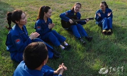 Phút giải trí của các học viên nữ phi công Trung Quốc. Ảnh: Không quân Trung Quốc.
