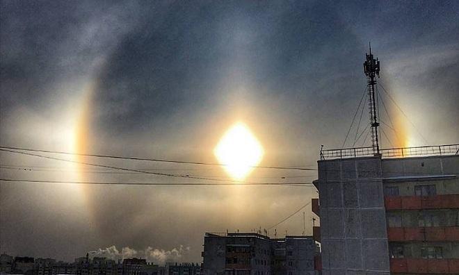 Mặt Trời phát hào quang sáng rực trên bầu trời Nga