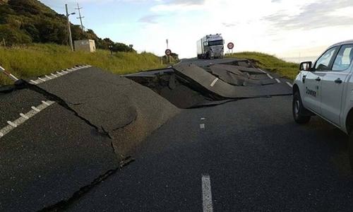 Một con đường bị hư hại do ảnh hưởng từ trận động đất. Ảnh: NZ Transport Agency