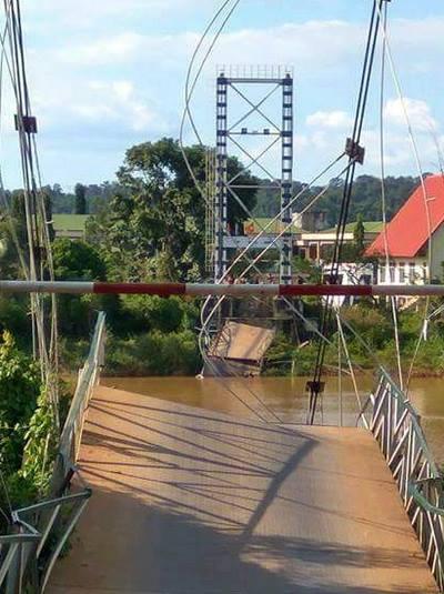 Cầu tro bắc qua sông Đồng Nai bị sập. Ảnh: P.T