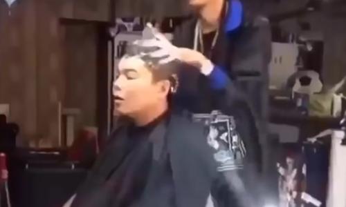 chang-trai-nga-vao-thung-rac-vi-mai-nhin-nguoi-dep-tren-pho-4