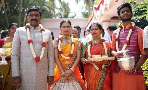 Ảnh 1: Ông Reddy cùng con gái và các thành viên khác trong gia đình (Ảnh: Janardhana Reddy family)