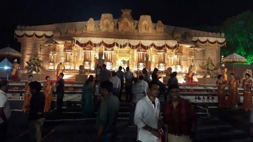 Ảnh 2: Địa điểm tổ chức đám cưới được trang hoàng như một ngôi đền Hindu cổ (Ảnh: Janardhana Reddy family)