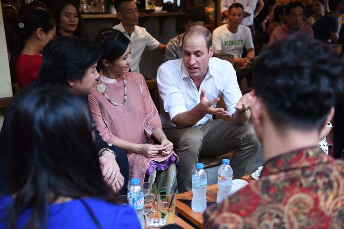 Hoàng tử William uống cà phê phố cổ Hà Nội