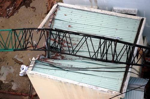 Cần cẩu sập đổ trên mái nhà người dân. Ảnh: Quy Nhơn