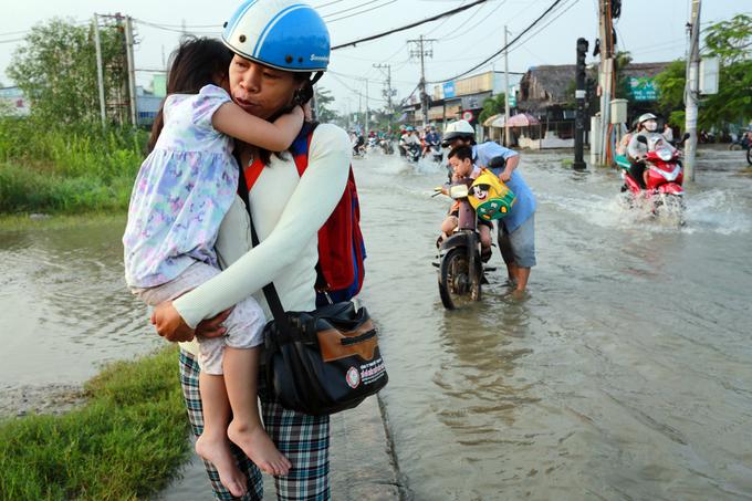 Phụ huynh Sài Gòn bì bõm đưa con đến trường