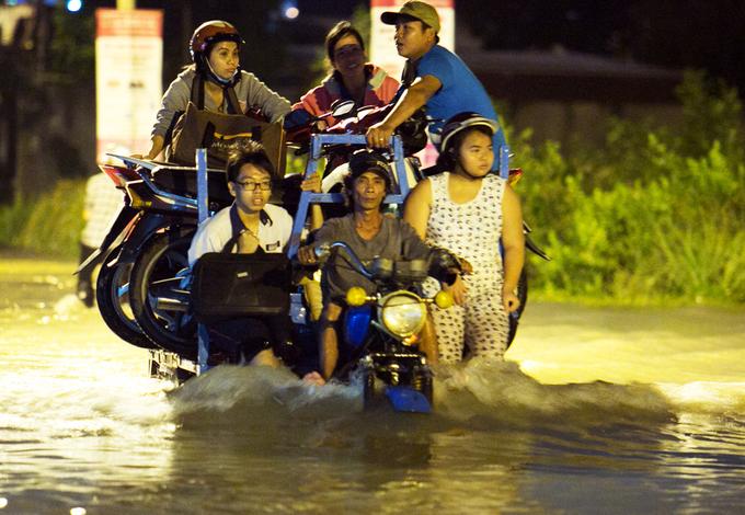 Xe ba gác chở người qua đường ngập ở Sài Gòn đắt khách