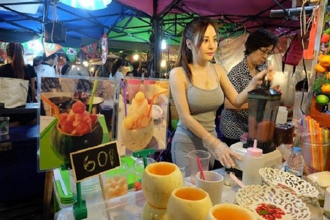 Cô gái Thái Lan bán hoa quả dầm có thân hình nóng bỏng
