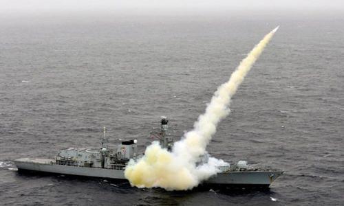 HMS Montrose trong một lần bắn thử nghiệm tên lửa Harpoon. Ảnh: Telegraph.