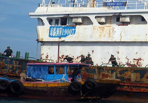 Tên tàu bằng chữ Trung Quốc. Ảnh: PL TPHCM