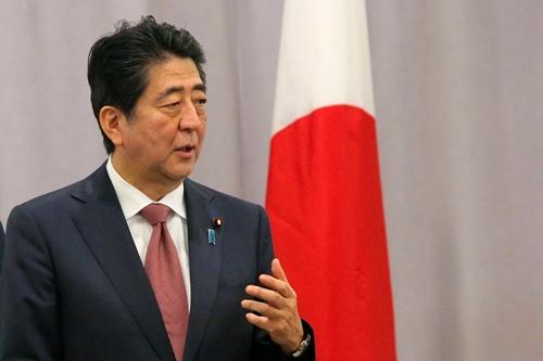 Sau cuộc gặp, Thủ tướng Abe cho hay ông đã có buổi trò chuyện thẳng thắn với Trump trong bầu không khí ấm cúng. Ông tự tin về việc xây dựng một mối quan hệ dựa trên niềm tin với tổng thống Mỹ sắp tới. Ảnh: Reuters.