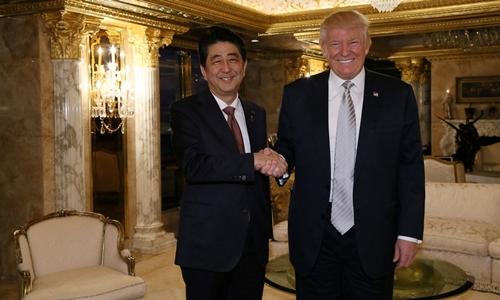 Thủ tướng Nhật Bản Shinzo Abe và tổng thống Mỹ đắc cử Donald Trump có cuộc gặp dài 90 phút tại Tháp Trump, Manhattan, New York, ngày 17/11. Đây là cuộc trao đổi trực tiếp đầu tiên của ông Trump với một lãnh đạo nước ngoài kể từ khi đắc cử.