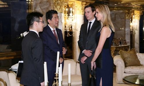 Vợ chồng Ivanka Trump và Jared Kushner trao đổi với thủ tướng Nhật Bản. Ảnh: Reuters.