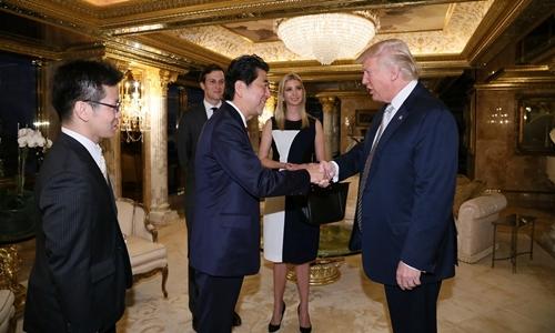 Ivanka Trump và Jared Kushner đứng phía sau khi tổng thống Mỹ đắc cử Donald Trump bắt tay Thủ tướng Nhật Bản Shinzo Abe. Ảnh: Reuters.
