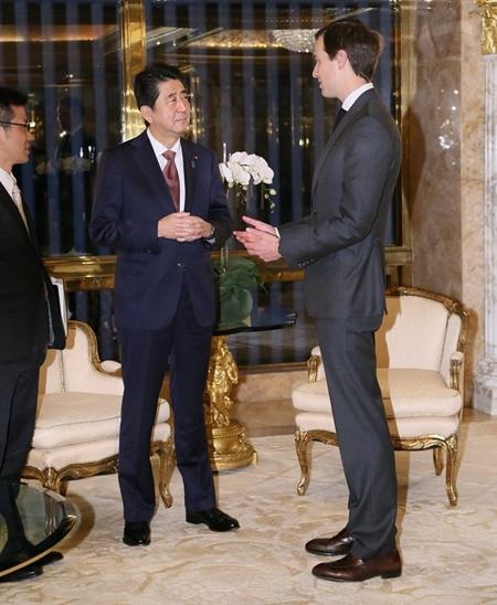 Thủ tướng Abe trao đổi với Jared Kushner, chồng Ivanka Trump. Ảnh: Reuters.