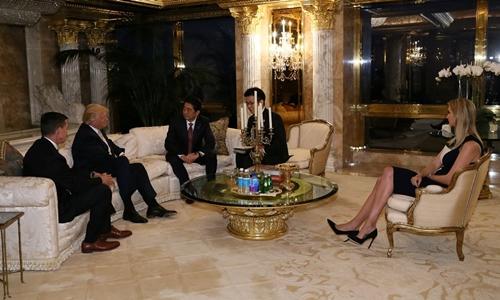 Ivanka Trump (phải), con gái của Donald Trump, cũng ngồi dự cuộc trao đổi giữa cha và Thủ tướng Abe. Ảnh: Reuters.