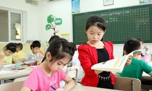 Trẻ tiểu học Hà Nội tập đứng lớp