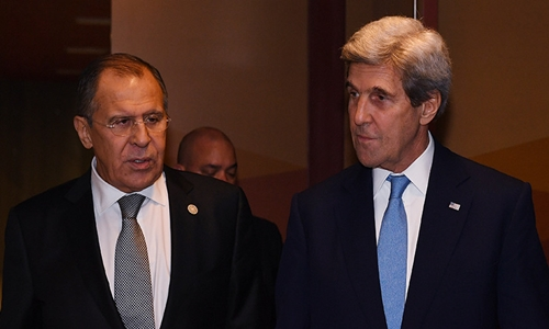 Ngoại trưởng Nga Lavrov (trái) và người đồng cấp Mỹ Kerry tại Lima, Peru. Ảnh: AFP.