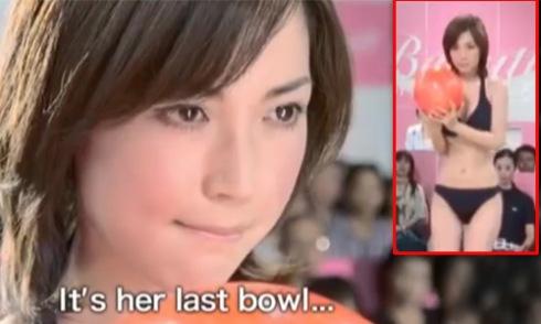 Người đẹp Nhật gây sửng sốt khi mặc bikini đẩy bóng bowling