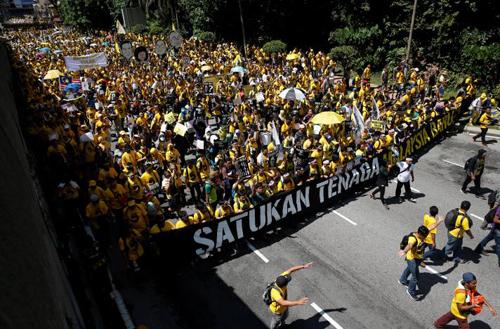 Người biểu tình tuần hành đòi thủ tướng Malaysia từ chức ởtrung tâm Kuala Lumpur hôm nay. Ảnh: Reuters
