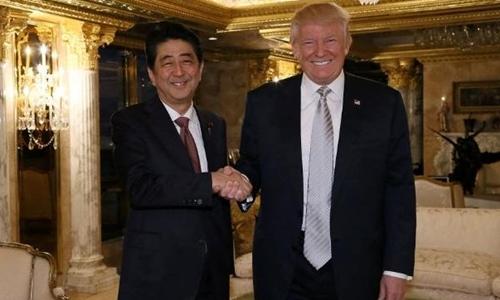 Donald Trump gặp Thủ tướng Nhật Shinzo Abe tại Tháp Trump, New York hôm 17/11. Ảnh: Reuters.