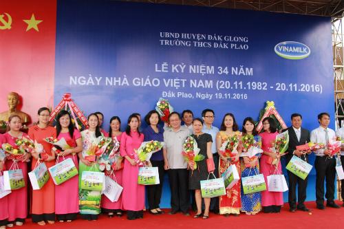 chương trình Sữa học đường, trao quà cho các học sinh, thầy cô giáo Trường THCS Đắk Plao và Trường tiểu học Quang Trung (xã Đắk Plao, huyện Đắk Glong, Đắk Nông) nhân ngày Nhà giáo Việt Nam.