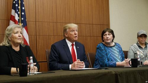 Trump tổ chức họp báo với những phụ nữ tố cáo Bill Clinton quấy rối tình dục. Ảnh: AP