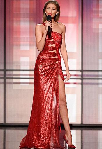 Siêu mẫuGigi Hadid nhại giọng và điệu bộ của bà Melania Trump trên sân khấu AMA. Ảnh: REX