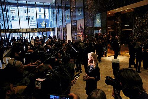 Nữ cố vấnKellyanne Conway phát biểu vớicác phóng viên
