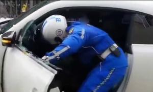 Video tài xế Hàn Quốc chạy trốn bị cảnh sát đập vỡ kính xe hot trên mạng XH