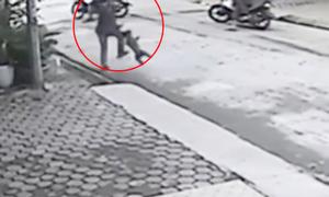 Chủ nhà cầm chổi rượt trộm chó chạy trối chết