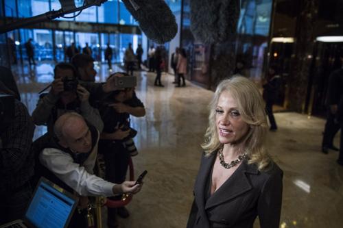 Cố vấn cấp cao của ông Trump, bàKellyanne Conway, phát biểuvới các phóng viên sau cuộc gặp