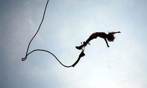 Du khách nữ bị chỉ trích vì cố tình khỏa thân nhảy bungee