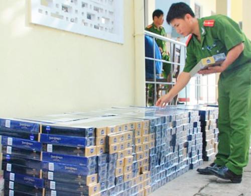 Hàng nghìn gói thuốc lá ngoại nhập lậu được chủ xe nguy trang dưới lớp trái cây. Ảnh: Phúc Hưng